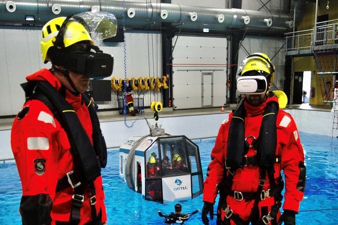 Taucher mit VR-Brillen an einem Schwimmbecken.